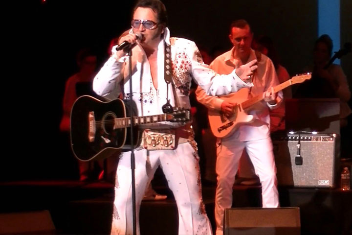 CHRIS ELVIS joue de la guitare en live